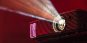 If you can't go to the cinema, let the cinema come to you: this Full HD projector is at a bargain price on Amazon, for only 84.99 euros